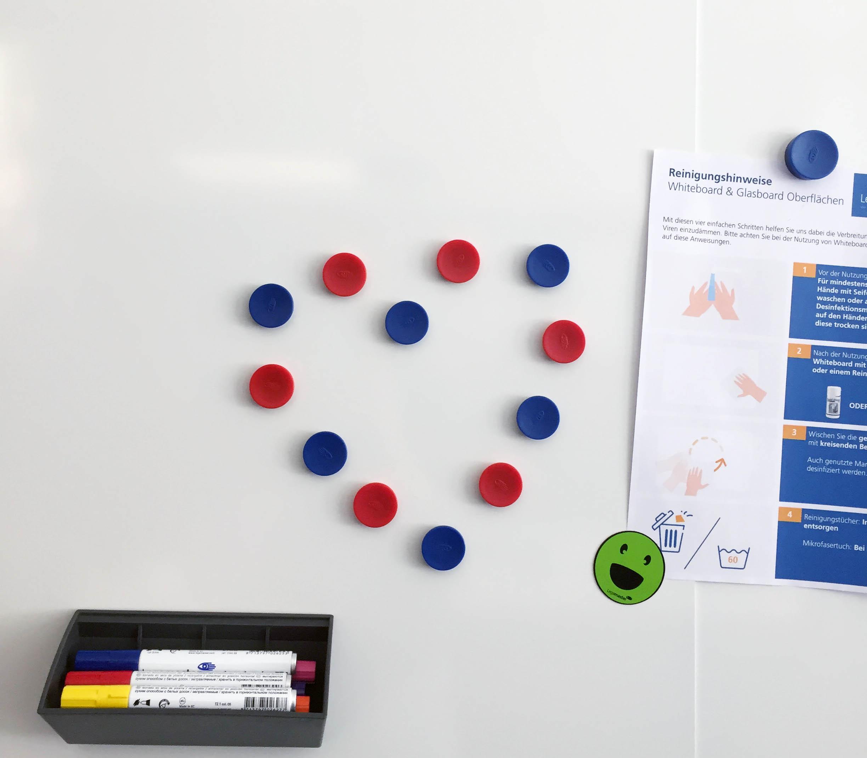 Magnete bilden auf Whiteboard ein Herz